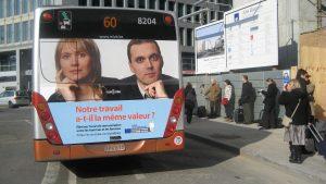 Heckseitige Buswerbung für die Europäische Kommission in Brüssel. Die Lochfolie OneWayPro® ist eine feste Größe im öffentlichen belgischen Verkehrswesen.
