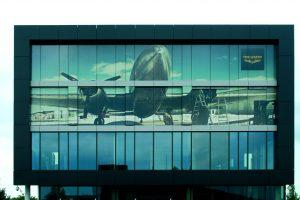 Die Lochfolie wertet die Fassade dieses Gebäudes in den Niederlanden mustergültig auf.
