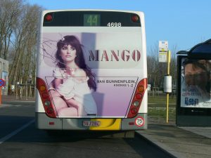 Penélope Cruz als Werbefigur auf der Heckseite eines Busses in Flandern.